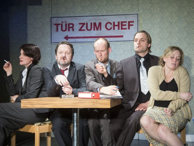 Bandscheibenvorfall von Ingrid Lausund. Theater zur weiten Welt im Theater Lüneburg