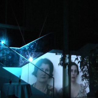 Die Bühne im Atrium des Salon Hansen. wohnen. unter glas. Theater zur weiten Welt