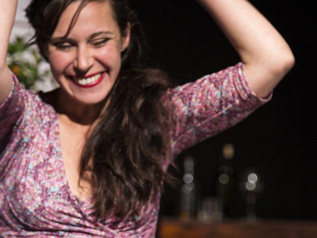 Birgit Becker als Emmi in Gut gegen Nordwind von Daniel Glattauer. Theater zur weiten Welt, Kulturbäckerei Lüneburg