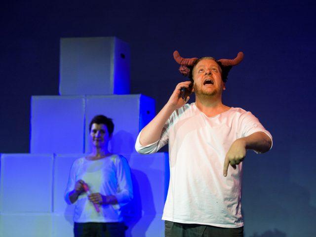 Leif Scheele als Zeus, Agnes Müller als Homer.