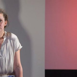 """Birgit Becker in """"Wir lieben und wissen nichts"""" von Moritz Rinke"""